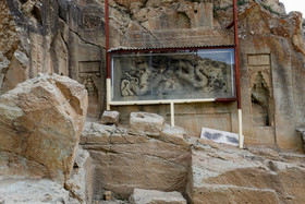 The temple contains two stone carvings of dragons carved by Chinese artists who brought to the site by the Mongol Emperor Oljato. The dragon carvings are five metres in length and 1.5 in width.