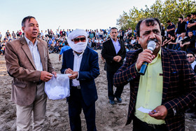 Telgerd Village of Mashhad City / People responsible for holding the Chukhe wrestling competitions are making the draw for choosing which wrestlers should compete against each other.