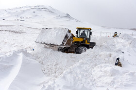 Snow blocks Mahabad-Bukan Road in W. Azerbaijan